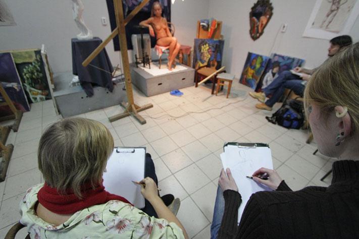 Художник рисует голую натуру фото 13-879